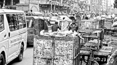 গ্রিনরোডের বর্জ্যে দুর্ভোগে স্থানীয় বাসিন্দা ও পথচারী